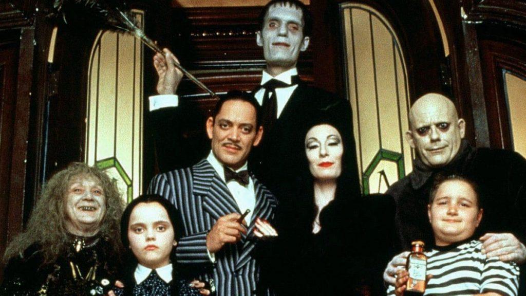 Si hablamos de clásicos, entonces The Addams Family es una de las comedias más hilarantes de la historia.